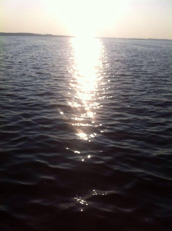 Voorlaatste foto. We houden het licht. Merkwaardig is het wel dat die baan licht altijd min of meer dezelfde breedte heeft. Terwijl de zon toch, nouja zo'n beetje overal komt. 364 dagen aan het water leveren deze vraag op. Het licht is, mompelt de monnik aan het water.