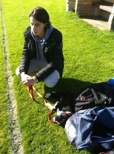 met pup Bob, op het voetbalveld bij Daniël.